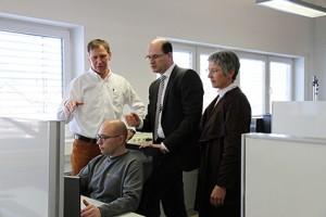 Schnelles Internet: v.l. Helmut Graspointner, Staatssekretär Albert Füracker, Hannelore Spangler mit Programmierer Christian Kerschensteiner