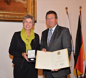 Franz Josef Pschierer überreicht Hannelore Spangler die Bayerische Staatsmedaille.