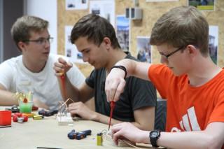 Besucher versuchen sich an elektrischen Bauteilen