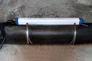 Durchfluss-Messeinrichtung an der Außenseite eines Leitungsrohres