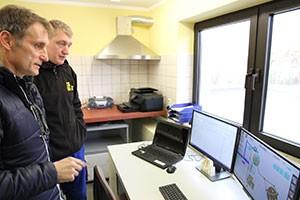 Verkaufsleiter Hubert Rackl bei der Überprüfung der Anlage