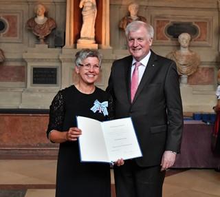 Verdienstorden Hannelore Spangler gemeinsam mit Ministerpräsident Seehofer