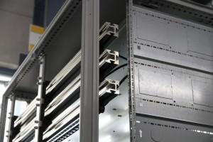 Newsletter - Detailaufnahme des vollverzinnten Schienensystems im Schaltschrank - SPANGLER Automation