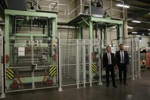 Kaschieranlage beim Kunden mit Geschäftsführer Andreas Koller und Werksleiter Hajdu Sven (v.l.n.r.)