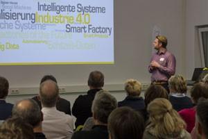 Referent Thomas Zenk präsentiert Industrie 4.0