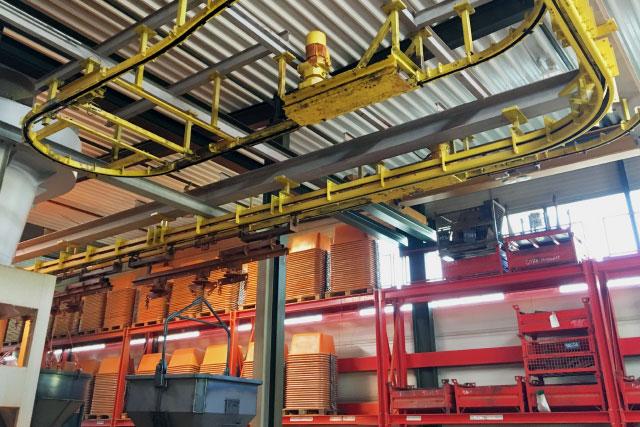 Umlaufsystem mit eingehängten Betonsilos vor der Oberflächenbehandlung