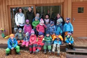 C. Deyerler und C. Hofmann bei der Spendenübergabe im Waldkindergarten Dietfurt